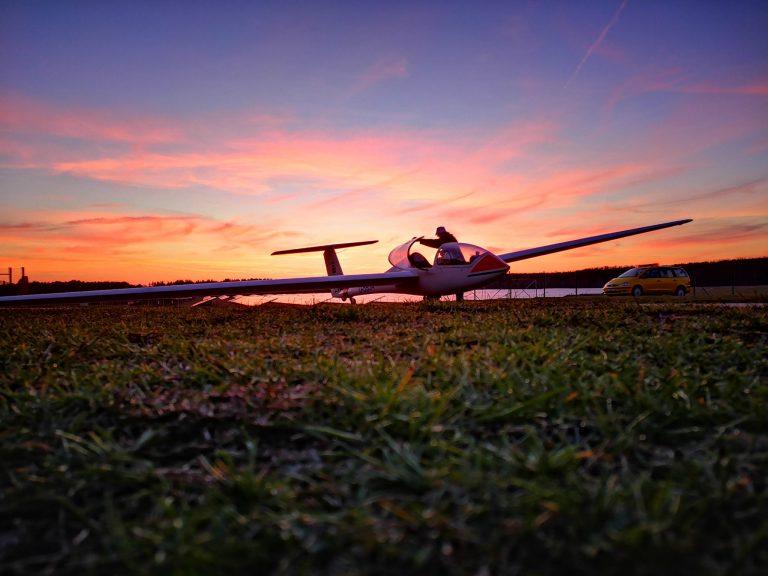 Unser Schulungsflugzeug im Sonnenuntergang